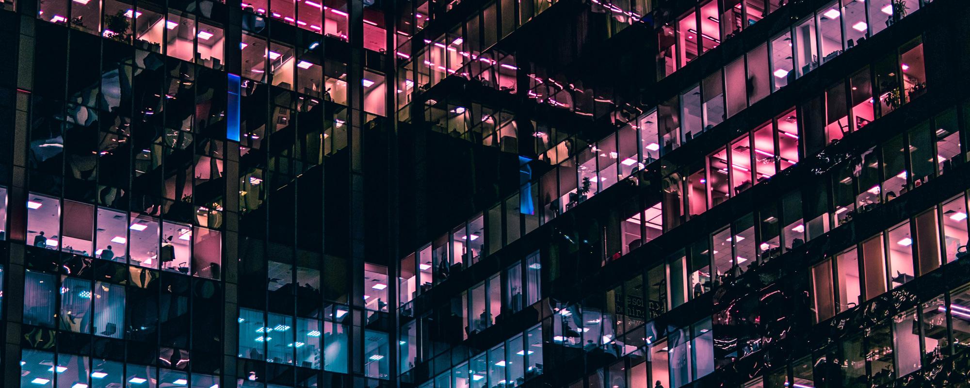 Farbig beleutetete Fenster eines modernen Bürogebäudes